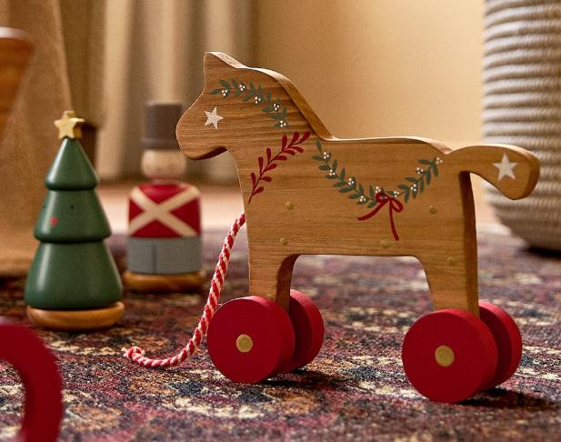 Caballo madera con ruedas de Zara Home. Regalo Navidad y Reyes