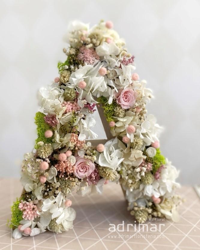 Inicial de flores de Adrimar Floristas ideas para regalar en San Valentín Paloma Silla Destaca-te
