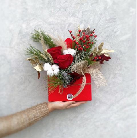 Caja de flores de Adrimar Floristas ideas para regalar en San Valentín Paloma Silla Destáca-te