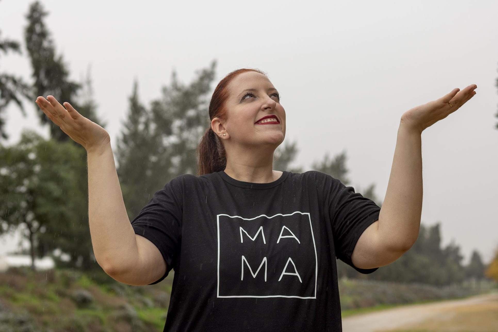 shirt mama tallas grandes look casual Dr Martens y bolso Mommy Bag Childhome Paloma Silla Destaca-te